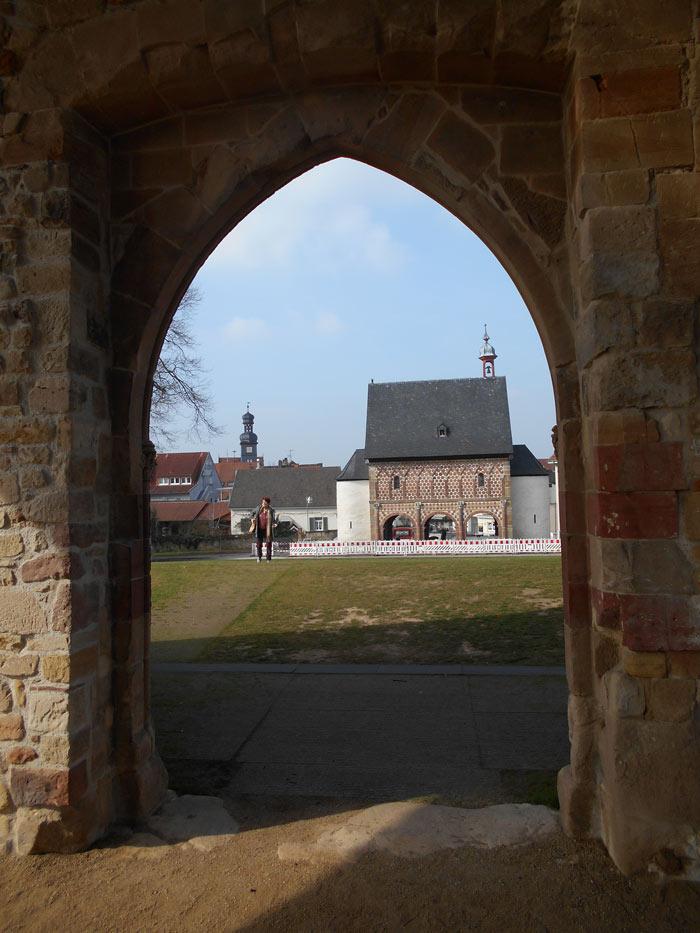 Kloster Lorsch. Blick aus der Ruine der Klosterkirche auf die karolingische Torhalle.